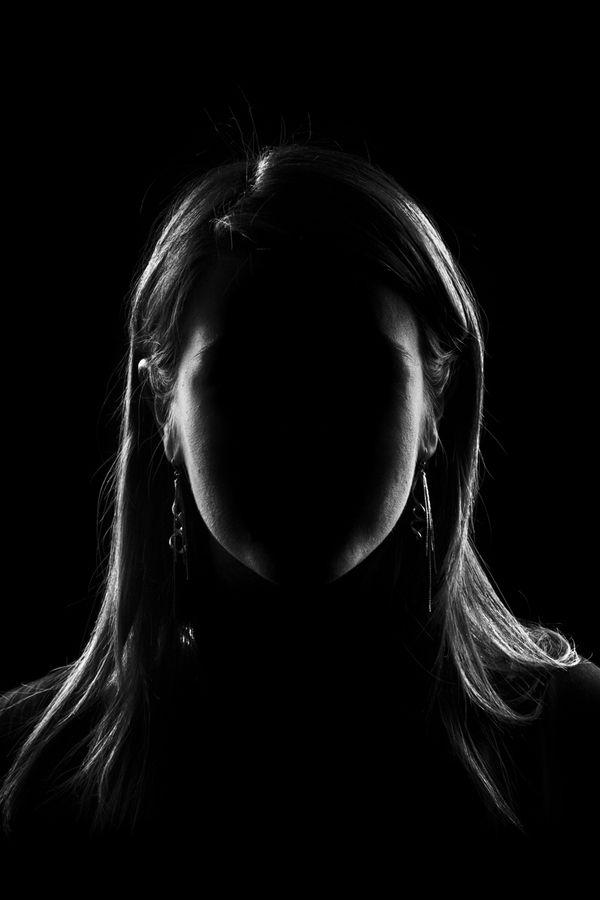 tamna žena sa zamračenim licem