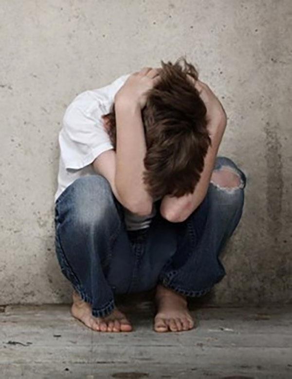 bosonogi savijeni dečak se doživljava napad panike