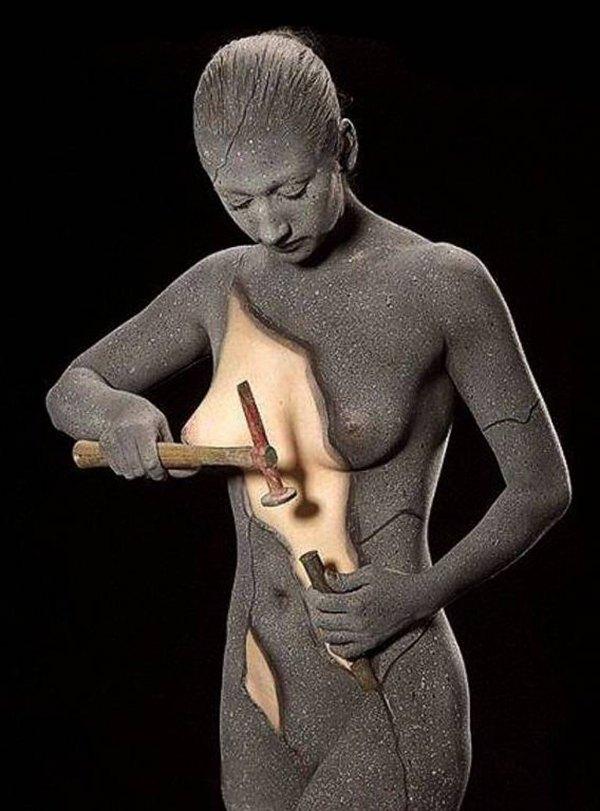 skulptura devojke čekićem otklanja cement i nazire se prava koža