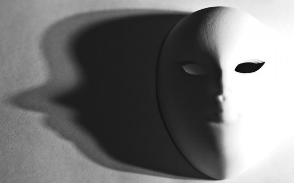 dvolična maska sa jednom osenčenom stranom