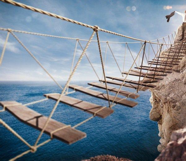 viseći stari most iznad velike provalije