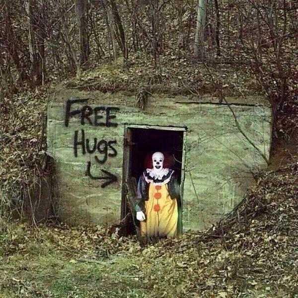 klovn iz filma it na ulazu u bunker pored grafita free hugs